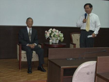 Ambassdor Ding Mou-shi (L) and Dean Lin Wen-cheng (R)